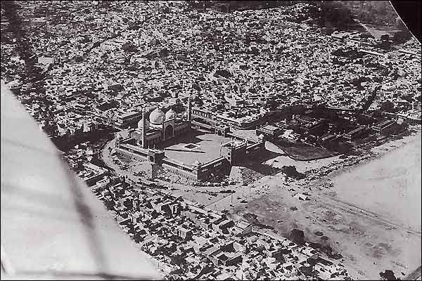 Delhi Now & Then - See how Delhi has changed through CENTURIES. This Is Amazing.! - An aerial view of Jama Masjid mosque in Delhi, built between 1650 and 1658