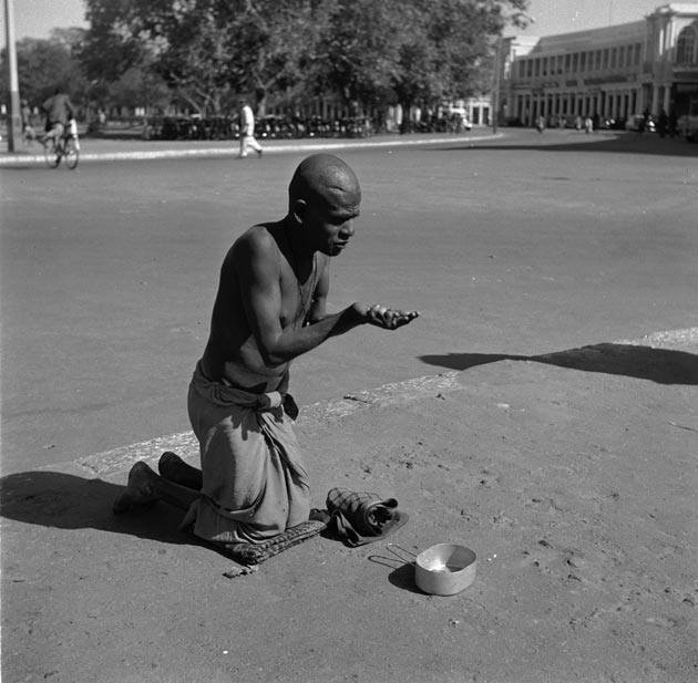 Delhi Now & Then - See how Delhi has changed through CENTURIES. This Is Amazing.! - Delhi 1955, a beggar in Connaught Place, Delhi